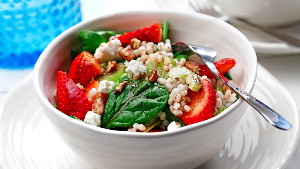 barley-salad-with-spinach-and-strawberries