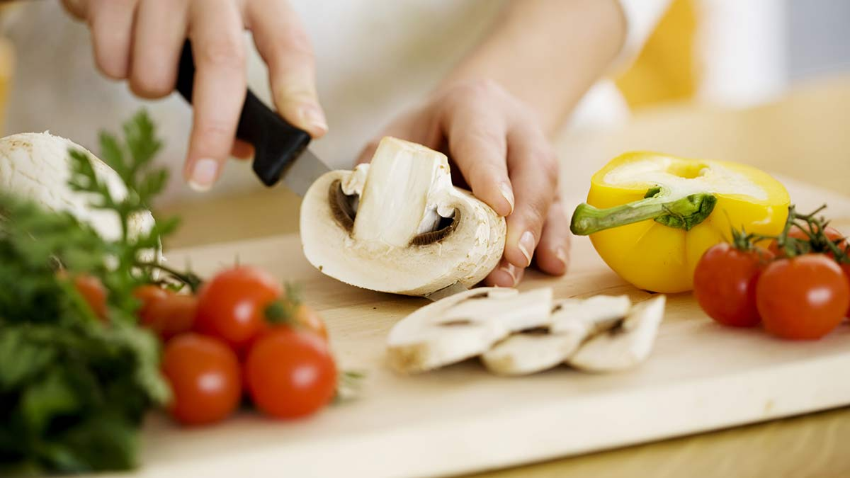 cutting-mushrooms-for-cooking