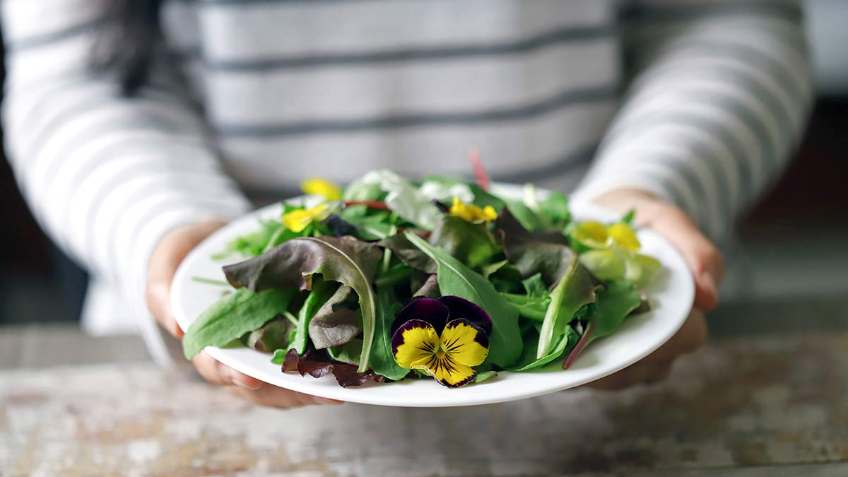 edible-flowers-on-plate